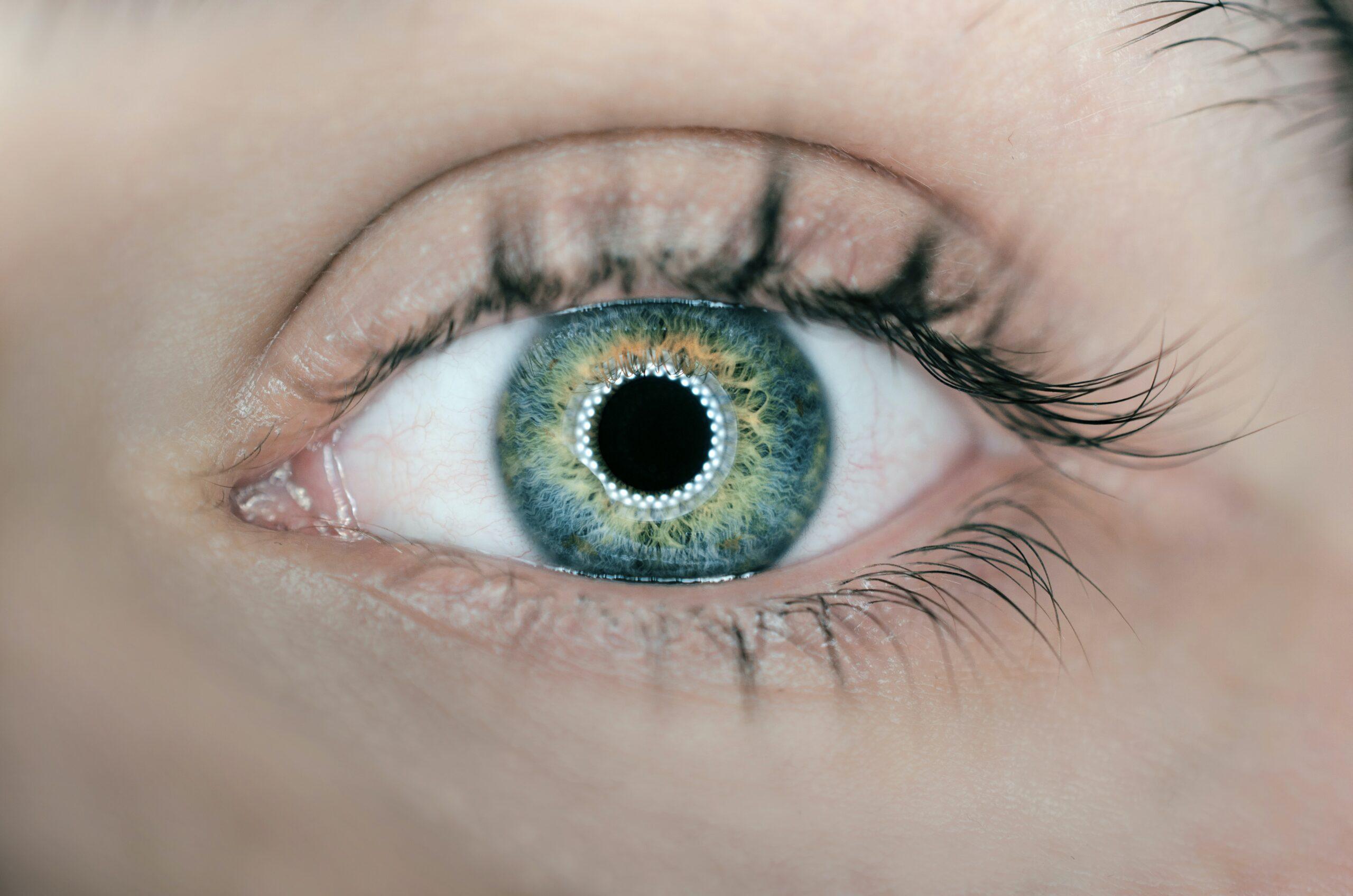 occhio con lente a contatto