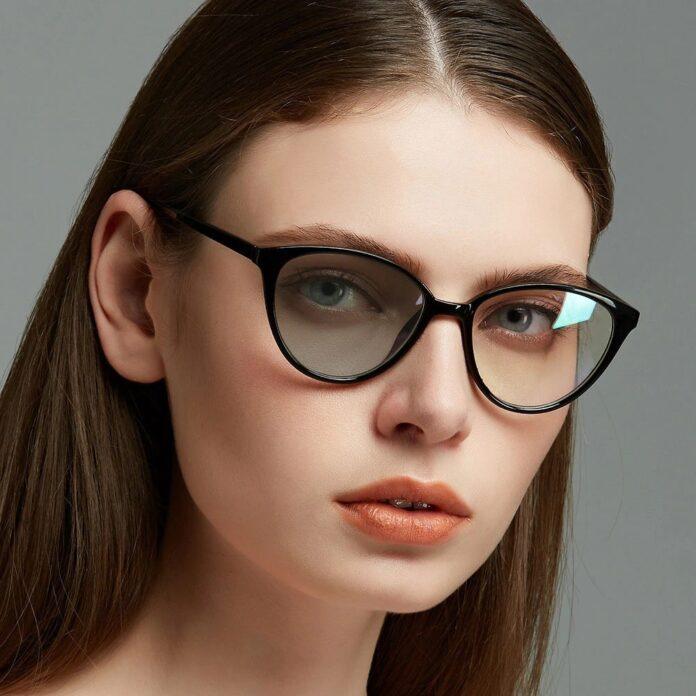 Ragazza con occhiali con lenti fotocromatiche