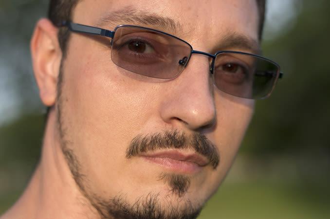 Uomo con occhiali con lenti fotocromatiche